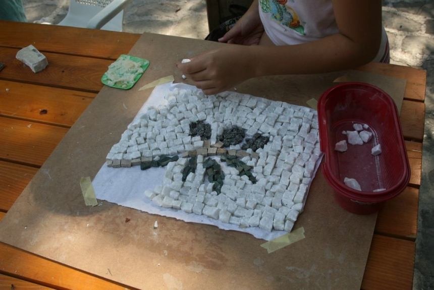 Doing a mosaic at summer school - Hoteli Krk